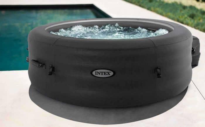 intex simple spa voorzien van water en bubbels.